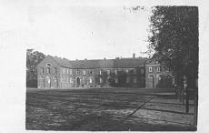Das Schulhaus am Schloßplatz. Erbaut 1824 von E. B. Quaet-Faslem. Ansicht um 1920