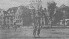 Schloßplatz, 1950er Jahre, Friedrich-Ebert-Schule; der Schloßplatz als Pausenhof für Schüler der Friedrich-Ebert-Schule. Im Bild das Finanzamt und der Stockturm.