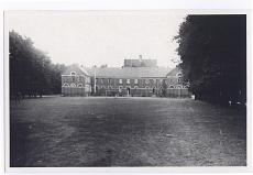 Schloßplatz. Die frühere Bürgerschule, 1824 von E. B. Quaet-Faslem gebaut. Von 1907 bis 1945 Haushaltunsgs- und Gewerbeschule