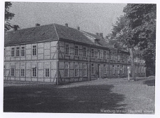 Schloßplatz. Die frühere Bürgerschule (Rückansicht), 1824 von E. B. Quaet-Faslem gebaut. Von 1907 bis 1945 Haushaltungs- und Gewerbeschule. Ansicht 1930er Jahre