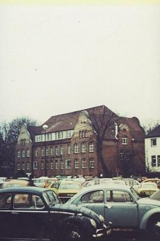 Schloßplatz, Friedrich-Ebert-Schule,; Parkplatz. Aufnahme 1975