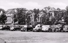 Schloßplatz. Im Bild: Die Friedrich-Ebert-Schule; der Stockturm; parkende Automobile. Aufnahme 1960er Jahre