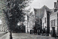 Schloßplatz mit der Schloßplatzschule (Friedrich-Ebert-Schule), dem königl. Bezirkskommando und dem Amtsgericht